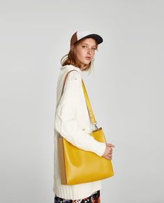 ZARA - MUJER - SACA ESTAMPADO REVERSIBLE Interview Suits, Yellow Handbag, Zara Bags, Cute Bags, Work Attire, Zara Women, Bucket Bag, Prints, Leather