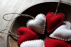 corações de feltro