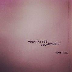 """"""" - Qu'est-ce qui te tient éveillé(e) ? - Les rêves ! """""""