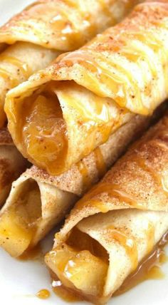 These Caramel Apple Taquitos will make for a perfect dessert this fall. Super simple flour tortillas loaded with apple pie filling, cinnamon sugar, and cara Mexican Food Recipes, Snack Recipes, Cooking Recipes, Snacks, Cooking Tips, Apple Pie Enchiladas, Delicious Desserts, Yummy Food, Awesome Desserts