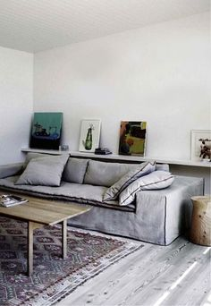 grey living room with kilim and photo shelf//