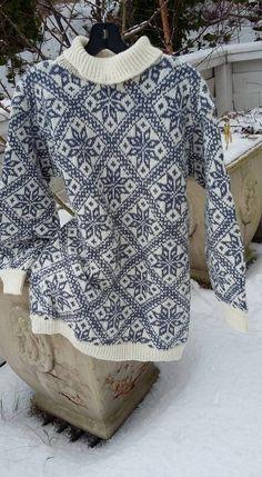 Mønster fra Hjemmets koftebilag samlet inn av Tone Loeng Knitting Charts, Baby Knitting, Knitting Yarn, Knitting Patterns, Fair Isle Pattern, Fair Isle Knitting, Knit Mittens, Sustainable Clothing, Vintage Knitting