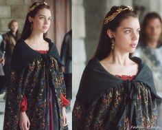 """In the episode 2x02 """"Drawn and Quartered"""" Queen Mary wears this Printed Robe from New York Vintage showroom Worn with this Alexander McQueen belt, Jennifer Behr headband, Magwood Boutique's earrings, Gillian Steinhardt labyrinth and signet rings"""