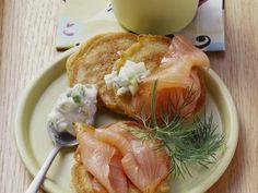 Gesund und lecker. Blinies mit geräuchertem Lachs und Meerrettichdip - smarter - Zeit: 45 Min. | eatsmarter.de