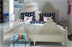 Schlafen wie im Königspalast, mit diesen Betten kein Problem. Die Kopf- und Fußteilrahmen haben aufwendige Holzschnitzereien. Das cremefarbene Mahagoni-Bett wird in zwei Liegeflächenmaßen angeboten und zerlegt versandt..