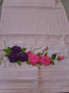 toalha de rosto com um lindo bordado feito com fita de cetim ideal para presentear quem você ama.