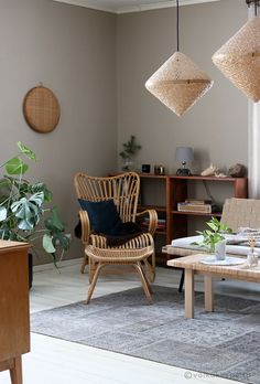 Samettinen sohva ja olohuoneen muodonmuutos. Parolan Rottinki chair, IKEA Viktigt lamps. Rich Home, Lamps, Ikea, Dining Chairs, Living Room, Cosy, Decorating Ideas, Fancy, Furniture