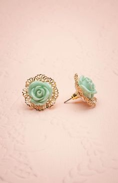 Que vous manquera-t-il réellement d'autre une fois que ces merveilleuses roses seront à vos oreilles? What else will you really be missing once these marvelous roses are pinned at your ears?