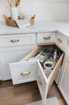 A super smart solution for using the corner space in a kitchen - kitchen corner drawers! Small Kitchen Storage, Kitchen Cabinet Storage, New Kitchen Cabinets, Kitchen Small, Smart Kitchen, Kitchen Sinks, Corner Cabinets, White Cabinets, Country Kitchen