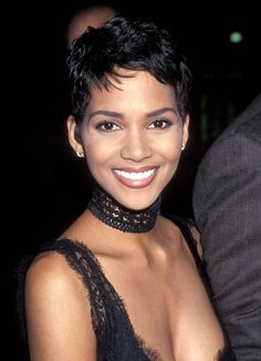 All About Halle Berry Fashion, Hair And Makeup From The Bond Girls' Files Halle Berry Haircut, Halle Berry Short Hair, Halle Berry Pixie, Halle Berry Hairstyles, Halle Berry Style, Halle Berry Hot, Cute Hairstyles For Short Hair, Short Curly Hair, Pixie Hairstyles