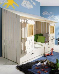 Strandhausbett fürs Kinderzimmer. Die Türen von diesem Hausbett lassen sich von innen und außen schließen.