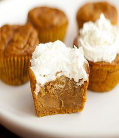 Impossible and absolutely irresistible pumpkin pie, baked in cupcake version will simply melt in your mouth. Impossible Pumpkin Pie Cupcakes are so flavorful and moist, thanks to pumpkin puree and pumpkin pie spice. Köstliche Desserts, Delicious Desserts, Yummy Food, Delicious Cupcakes, Autumn Desserts, Dessert Healthy, Holiday Desserts, Think Food, Love Food