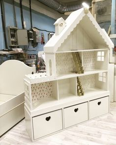 House-shaped details for girls& rooms! - 30 girls& room models – house-shaped beds and wardrobes - Doll Furniture, Dollhouse Furniture, Kids Furniture, Furniture Online, Doll House Plans, Barbie Doll House, Diy Dollhouse, Wooden Dollhouse, Little Girl Rooms