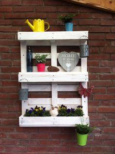 Wandbord inclusief bloembak voor buiten. Gemaakt van een pallet.