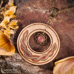 ☽ Collection Gealach ☾  Pendentif en bois orné d'un croissant de lune et d'un cabochon de rhodonite