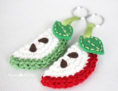 Crochet Apple Slice Keychain - Repeat Crafter Me Crochet Apple, Crochet Fruit, Crochet Food, Crochet Gifts, Diy Crochet, Crochet Flowers, Crochet Baby, Crochet Keychain, Crochet Bookmarks