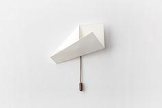 """Paper nº1 """"Paper"""" es una obra visual formada por una serie de 5 piezas/broche de papel en edición numerada y limitada a 10 ejemplares por modelo. Construidas a partir de un cuadrado de 6x6 cm. al que aplicamos dos únicos dobles, las piezas se presentan en una caja que contiene cinco láminas con los dibujos del desarrollo de todos los modelos de la colección. Este es un ejercicio que pretende evidenciar la belleza de lo cotidiano, de los gestos mínimos, de un papel doblado, de un pequeño…"""
