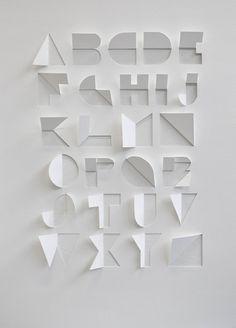 インターネットから ロンドンのCentral Saint Martinsのサマースクールの学生Gina Hollingsworthが制作した一枚の紙を切り、折って出来上がったアルファベット。 この完璧なアイディアは、こちらのブログを見ているうちに発見しました。 We Made This
