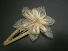 Barrette fleur ivoire/beige paillettes dorées, idéal pour cérémonie, baptême, mariage...