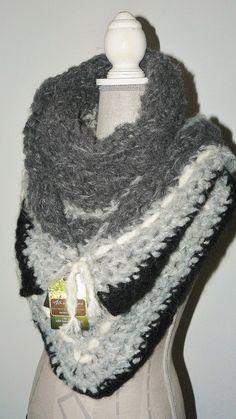 1 Fumées ✿ Grand châle crocheté main en laine Phildar - Gris, blanc, noir. Un  grand marché 569ecc85304