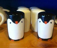Pourquoi ne pas peindre votre ensemble de salière poivrière du Crackpot Café à l'effigie de petits pingouins? Ceux-ci sont adorables!