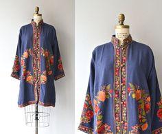 Vintage des années 1920 bleu profond (léger) veste en laine avec broderie folklorique florale élaborée, col mandarin, brandebourgs et doublure