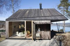 Kledningen deres kan vare i år uten vedlikehold - Aftenposten Summer Cabins, Getaway Cabins, House By The Sea, Mountain Modern, Log Homes, Old Houses, Building A House, House Styles, Outdoor Decor