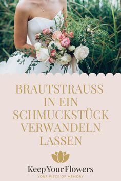 Was mache ich nach der Hochzeit mit meinem mit so viel Liebe ausgewählten Brautstrauß? Wie wäre es mit einem personalisierten Schmuckstück aus den getrockneten Hochzeitsblumen? Eine tolle Möglichkeit die Erinnerung an den großen Tag für immer fest an sich zu tragen. Auch eine tolle Geschenkidee für alle Hochzeitsgäste! Wedding Dresses, Flowers, Fashion, Jewelry Gifts, Dress Wedding, Personalized Gifts, Bride Dresses, Moda, Bridal Gowns