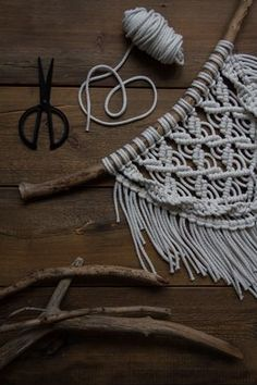 Kaarnan katveessa: Kuvalliset ohjeet: makramee seinävaate Macrame Earrings Tutorial, Macrame Tutorial, Earring Tutorial, Arts And Crafts Projects, Diy And Crafts, Crochet Storage, Macrame Projects, Crochet Patterns, Weaving