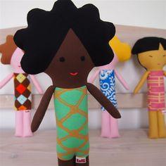 Látkové panenky ideální pro miminka a rozvoj jejich uchopovacího reflexu zobrazují etnika napříč světem. Vše ušito z nových materiálů v nekuřáckém prostředí
