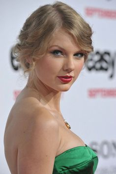 A community for sharing photos of the singer Taylor Swift. Taylor Swift Music, Taylor Swift Hot, Taylor Swift Pictures, Metal Girl, Hollywood Celebrities, Gorgeous Hair, Her Hair, American Girl, Beautiful Women