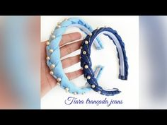 Tiara jeans trançada com pérolas - YouTube Fabric Headband Tutorial, Fabric Headbands, Fabric Bows, Embroidery Hoop Art, Embroidery Designs, Denim Flowers, Ribbon Work, Jewelry Patterns, Hair Clips