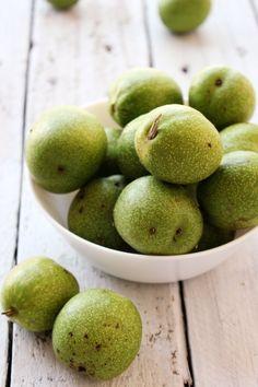 Így készíts házi diólikőrt, zöld dióból | A napfény illata Vodka, Pear, Ios, Fruit, Alcohol, Bulb