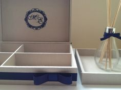 Nosso Kit Toilette Premium  é composto de bandeja e caixa em MDF forrada com Linho Puro, aromatizador e embalagens personalizadas para os seguintes itens:  - SONRISAL - ENGOV - ATROVERAN - (Kit Feminino) - TYLENOL - DORFLEX - BAND-AID - ABSORVENTES C/ ABAS - (Kit Feminino) - CAREFREE - (Kit Feminino) - FIO DENTAL (Incluso) - DESODORANTE (Incluso) - MINI GEL ANITSÉPTICO P/ MÃOS (Incluso) - MINI ANTISÉPTICO BUCAL (Incluso) - LENÇOS UMEDECIDOS (Incluso) - LIXAS DE UNHA  (Incluso) - (Kit…