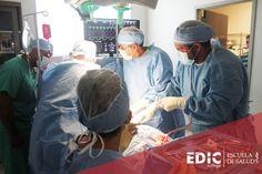 Estudiantes de Técnico Quirúrgico practican una operación.