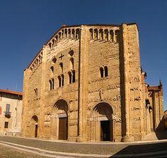Iglesia de San Miguel de Pavia. Fachada con pórtico con columnas que se apoyan sobre animales influenciada por el románico de provenza. -Románico Lombardo.