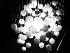 Un chandelier conceptuel avec des #balles de #pingpong Jules Verne, Les Inventions, Star Laser, Chandelier, Deco, Design Projects, Flower Arrangements, Pergola, Recycling