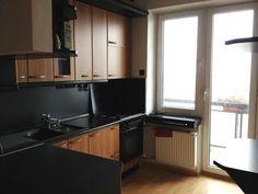 Ponúkame na prenájom 3i byt v Bratislave na ul. Na Hrebienku Staré mesto, 80m2 + balkón 6m2 + loggia 12m2, p.8/8 s výťahom.Byt je po komplet. rekonštr., svetlý, priestranný. zariadený, klimatizovaný a výborne dispozične riešený. Kuchynská linka je vybavená všetkými spotrebičmi. Vstavané skrine v izbách a v hale, trezor, bezpečnostné dvere, vlastné plynové kúrenie.Dispozícia: vstupná hala, 2 nepriechodné izby - priestranná spálňa s manželskou posteľou a menšia izba - 590 €