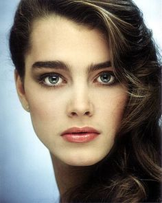 brooke shields style Eyebrows and long, thick hair. Beautiful Eyes, Most Beautiful Women, Brooke Shields Young, Vaquera Sexy, Elf Make Up, Natalia Vodianova, Laura Geller, Classic Beauty, Beautiful Actresses
