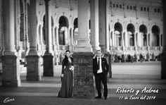 En blanco y Negro. Novias de negro.bouquet blanco con mariposa de pluma negra y broches esmaltados del mismo tono.Por siempre jamás a tú lado algodondeluna@gmail.com o 606619349