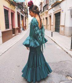"""6,108 Me gusta, 52 comentarios - Elena Brotons (@elenabrotons) en Instagram: """"Ahora sí Llevo vestido de @elbaulflamenco y tocado de @conchitaankersmit #feria2017"""""""