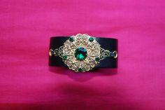 """Bracelet Manchette """"samarkand"""" : bracelet en cuir réglable broche ancienne métal doré strass verts émeraudes : Bracelet par lericheattirail"""