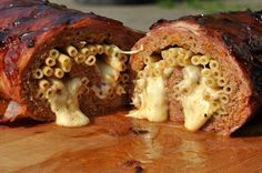 Die Mac and Cheese Bacon Bomb ist gefüllt mit Makkaroni und würzigem Käse. Eigentlich eine recht einfache und doch unglaublich leckere Variante des gefüllten Hackbratens im Speckmantel. Krosser Bac…