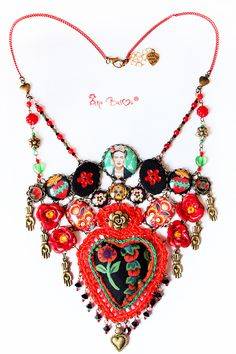 "Collana in tessuto ""Frida Kahlo"" Folk Love di DREAMER HOUSE su DaWanda.com Textile Jewelry, Fabric Jewelry, Jewelry Art, Jewelry Necklaces, Jewelry Design, Fashion Jewelry, Bracelets, Bijoux Diy, Sacred Heart"