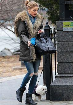 A it-girl Olivia Palermo usa parka, peça trend do verão que continua no inverno.