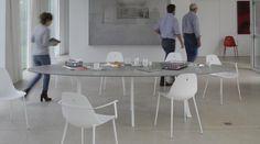 Design - Stühle aus Aluminium in sieben Farben.