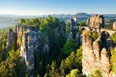 Die Felsformationen im Elbsandsteingebirge bilden tiefe Schluchten und Tore