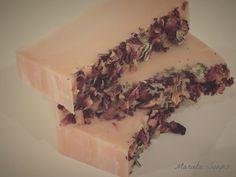 Jabón de Glicerina, esencia de magnolia y pétalos de rosas.
