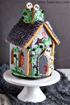 Let's make Haunted Gingerbread House for Halloween. In this video I show you step by step how to decorate haunted house for Halloween, plus it smells great! Dulces Halloween, Halloween Sweets, Halloween Food For Party, Halloween Cookies, Diy Halloween, Halloween Ghosts, Halloween Halloween, Halloween Gingerbread House, Gingerbread House Designs