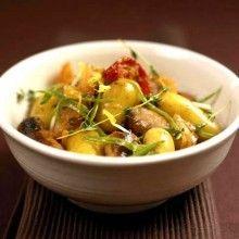 Provençaalse chipolata's. Kook de ongeschilde aardappelen gaar (van het moment dat het water kookt nog ongeveer 8 minuten laten doorkoken).Bak de worstjes in de pan met boter en olijfolie. Voeg er de satékruiden, de rozemarijn en de versnipperde ui bij. Snijd de zongedroogde en de verse tomaten in stukken. Leg ze samen met de worstjes en de …